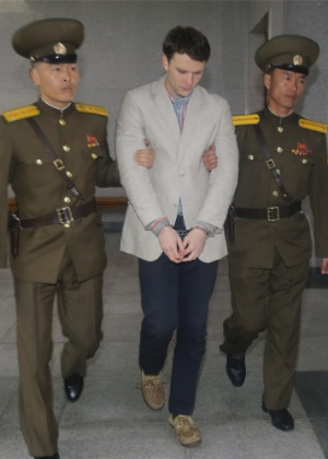 O estudante americano Otto Frederick Warmbier chega a tribunal para julgamento em Pyongyang (Coreia do Norte)