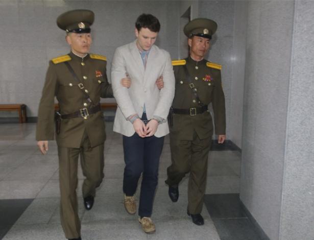 16.mar.2016 - O estudante americano Otto Frederick Warmbier chega a tribunal para julgamento em Pyongyang (Coreia do Norte)
