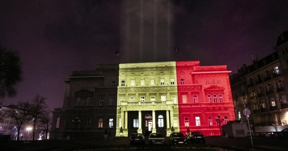 22.mar.2016 - A Câmara Municipal de Belgrado, na Sérvia, é iluminada com as cores da bandeira da Bélgica em homenagem às vítimas do atentado terrorista que matou cerca de 30 pessoas em Bruxelas