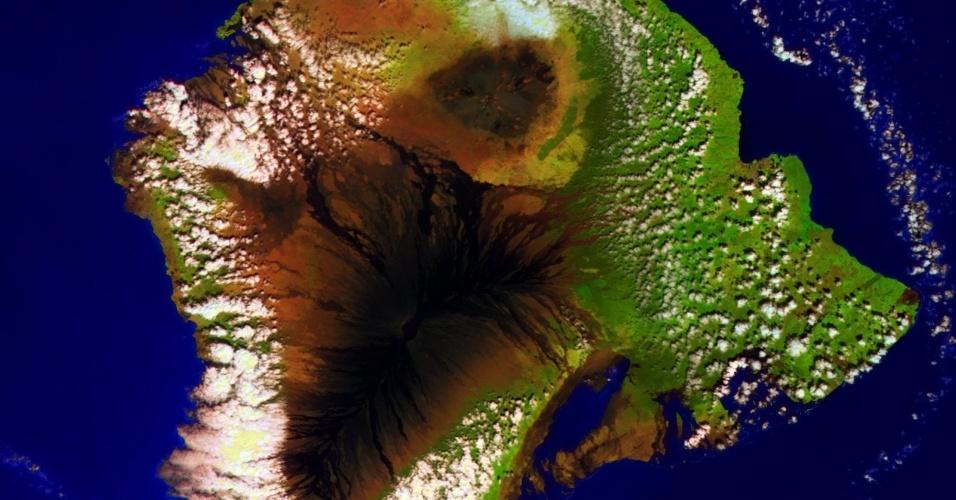 MAIOR VULCÃO DA TERRA - Minissatélite Proba-V registra imagem de Mauna Loa, maior vulcão da Terra que cobre metade da ilha do Havaí. A estrutura geológica permanece ativa, mas teve sua última erupção em 1984