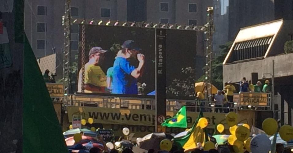 17.abr.2016 - Rogério Chequer, liderança do Movimento Vem Pra Rua, discursa em trio elétrico na Paulista
