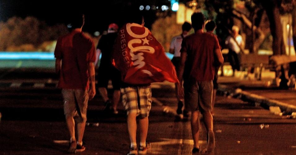 17.abr.2016 - Manifestantes a favor da presidente Dilma Rousseff deixam a região próxima ao Congresso depois da aprovação do processo de impeachment na Câmara dos Deputados, em Brasília