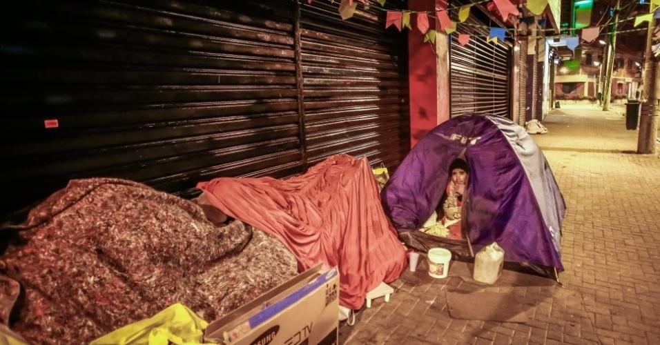 """14.jun.2016 - João Godoi de Matos, 43, conta: """"Acabei de voltar da Santa Casa, meu nariz estava sangrando por causa do frio. Albergue a gente nem vai, difícil conseguir vaga. Esses dias está complicado o frio""""."""