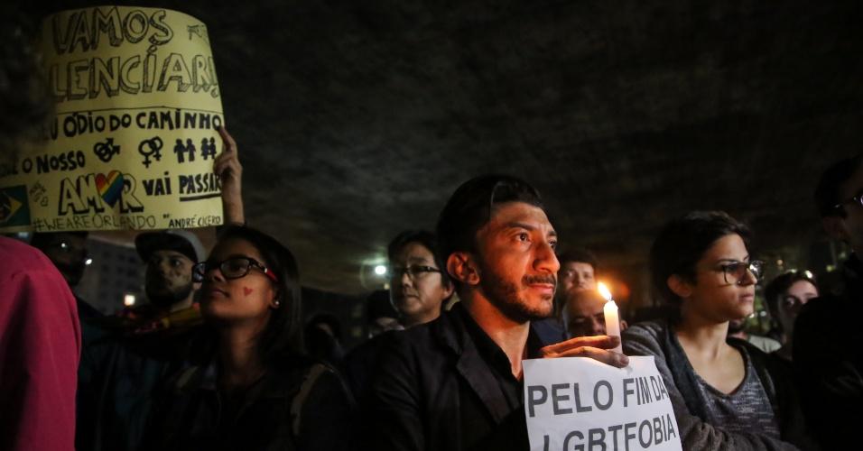15.jun.2016 - Manifestantes participam de ato '49 de Orlando, nao esqueceremos!' no vão livre do Masp, na avenida Paulista, região central de São Paulo. Eles protestam contra a violência contra a comunidade LGBT e em solidariedade às vítimas do atentado a uma boate gay em Orlando na madrugada do último domingo (12)