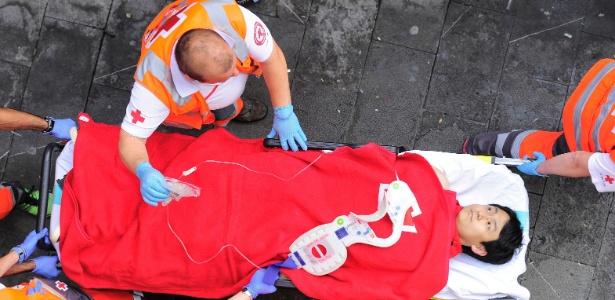 Homem recebe atendimento médico após se ferir durante corrida de touros em Pamplona