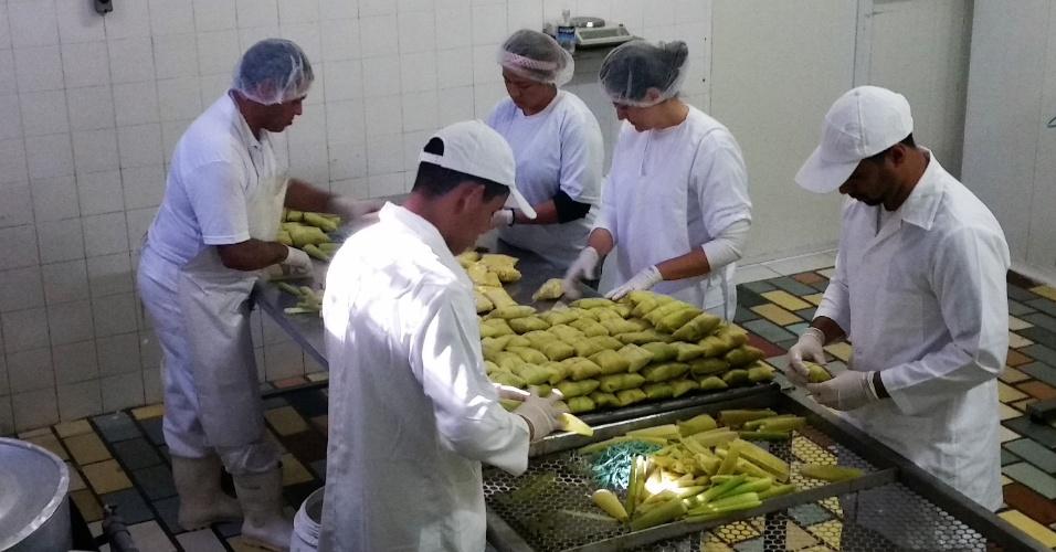 Funcionários da Pamonha Gourmet embalam a iguaria para congelar