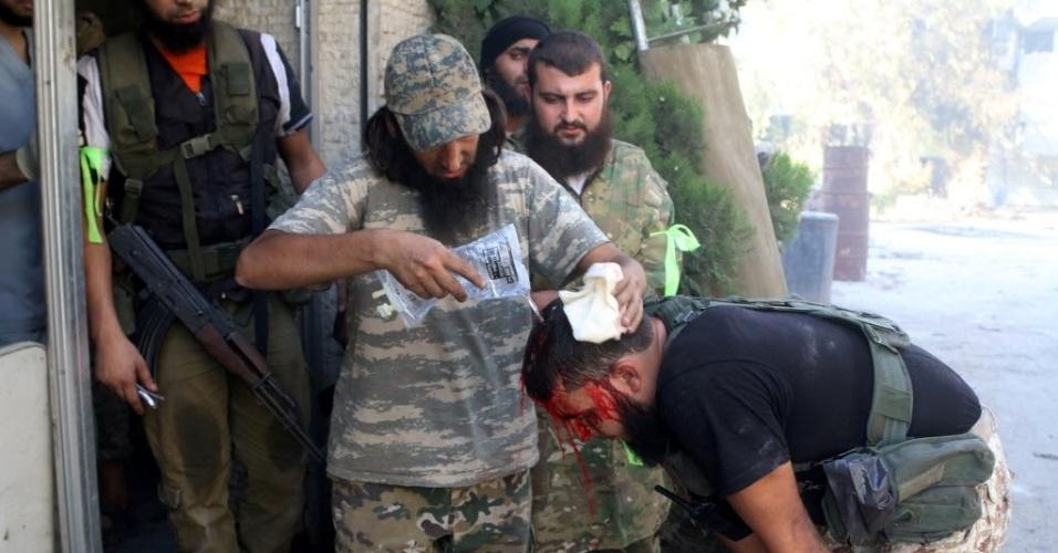 3.ago.2016 - Soldado do Exército Livre da Síria limpa as feridas de um companheiro, em Aleppo. Forças do regime sírio, com o apoio de fortes bombardeios russos, retomaram o controle de várias colinas e localidades rebeldes na periferia do sudoeste da cidade
