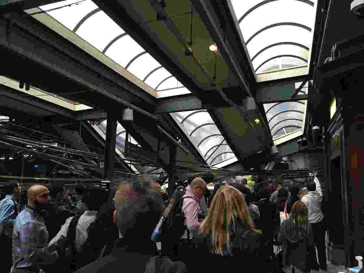 29.set.2016 - Acidente de trem na estação Hoboken, em Nova Jersey, EUA - Reprodução/ @TimSamuelCFO/ Twitter