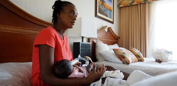 Sandra Alexandre, uma imigrante haitiana, amamenta seu filho recém-nascido em um hotel de San Diego