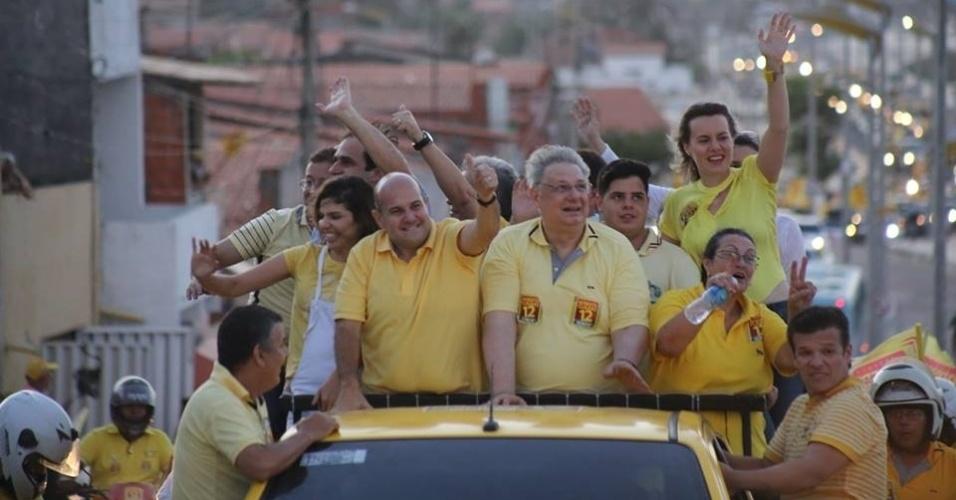 1º.out.2016 - O atual prefeito e candidato à reeleição, Roberto Cláudio (PDT), fazendo sinal de positivo, participa de carreata pelas ruas de Fortaleza neste sábado (1º). Os eleitores vão às urnas no domingo (2), no 1º turno das eleições municipais