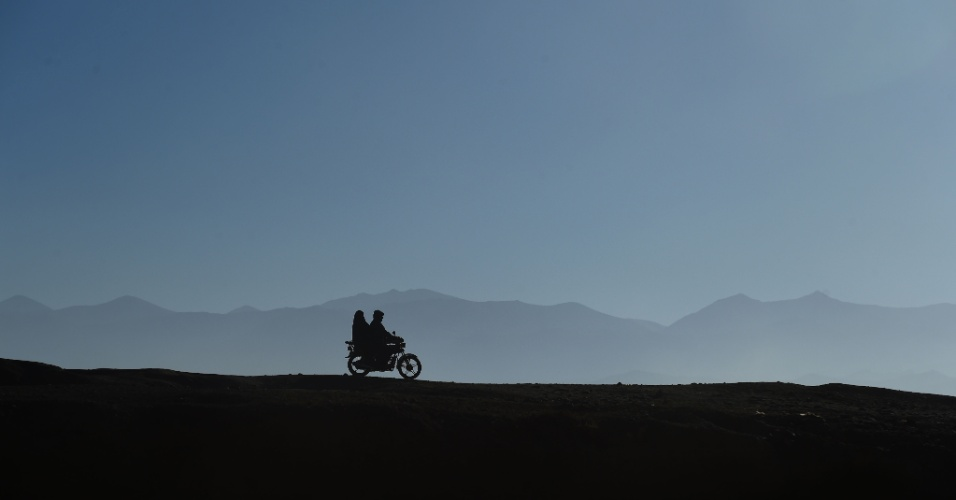 8.nov.2016 - Casal anda de moto ao longo de estrada em Bamiyan, no Afeganistão