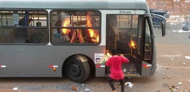 PM prende 2 por incendiar ônibus em protesto contra PEC em Brasília - Divulgação/Polícia Militar do Distrito Federal