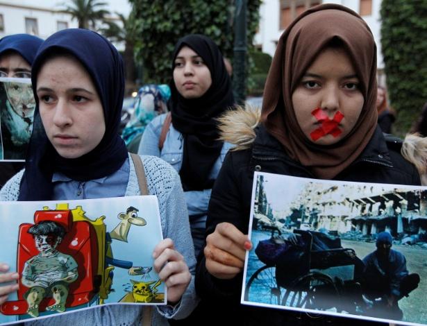 Mulheres fazem protesto em solidariedade aos moradores de Aleppo e contra o regime de Assad, no Marrocos