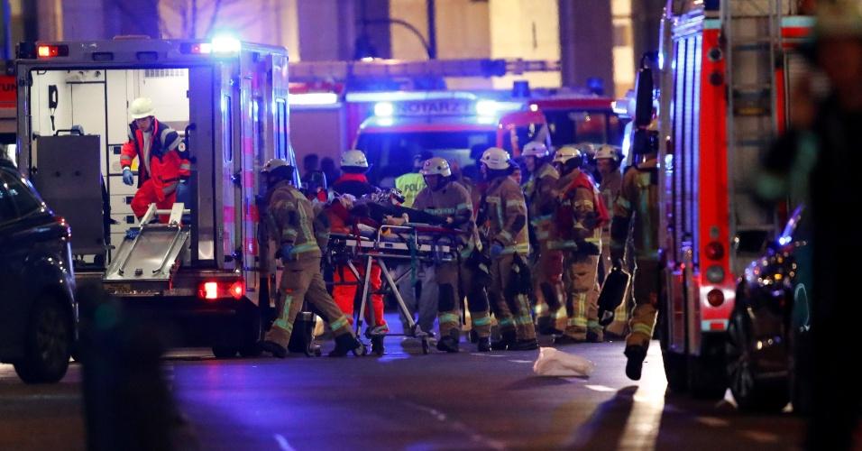 19.dez.2016 - Equipes de resgate ajudam ferido atropelado por caminhão em Berlim, na Alemanha