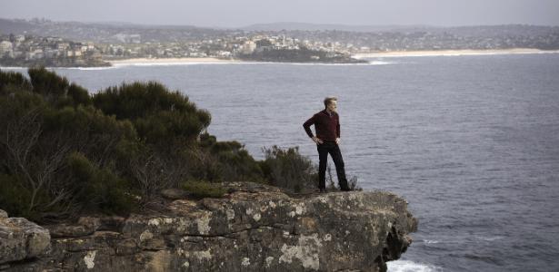 Steve Johnson no alto da falésia onde o corpo de seu irmão Scott foi encontrado em 1988, em Sydney