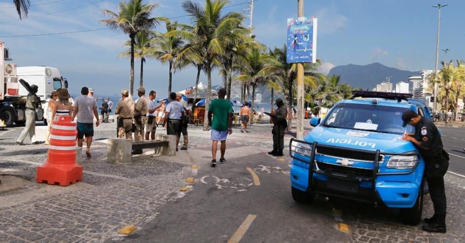 11.fev.2017 - Policiamento na praia do Arpoador, no Rio de Janeiro, em meio a protestos de familiares de PMs