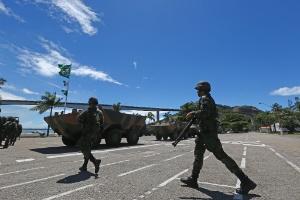 11.fev.2017 -Tropas do exército e fuzileiros da Marinha trabalham para garantir a segurança em Vila Velha, região metropolitana de Vitória