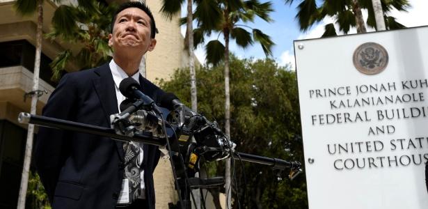 O procurador-geral do Havaí, Douglas Chin, explica as razões para contestar a lei de imigração de Trump, em Honolulu