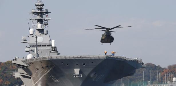 Helicóptero pousa no navio da marinha japonesa Izumo, na base militar em Yokosuka, Japão