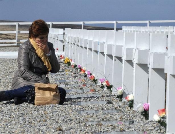 Parente de militar argentino morto em 1982 durante a Guerra das Malvinas, entre Argentina e Inglaterra, chora em cerimônia em Darwin, nas Malvinas