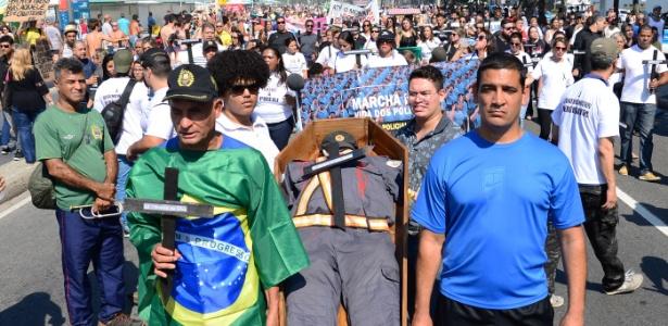 Marcha de PMs e familiares contra a morte de policiais realizada neste domingo, em Copacabana, zona sul do Rio
