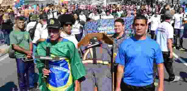Marcha de PMs e familiares contra a morte de policiais realizada neste domingo, em Copacabana, zona sul do Rio - Sandro Voz/Estadão Conteúdo