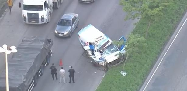 Acidente com ambulância deixou uma pessoa morta e 4 feridas na Zona Oeste do Rio - Reprodução/TV Globo