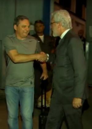 Com sorriso no rosto, Fichtner (à esq.) deixa a Cadeia Pública José Frederico Marques, no Rio