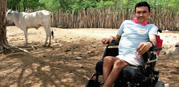 Marciano Menezes da Silva, primeira pessoa a sobreviver à raiva humana no Brasil, posa para foto em Floresta
