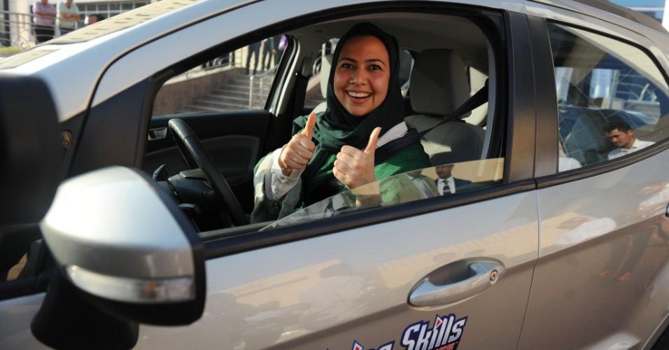 7.mar.2018 - Mulher saudita posa para uma foto depois de ter aula de direção em Jeddah