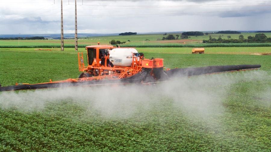 Agricultor lança pesticida em plantação de soja em Rio Verde, Goiás - Getty Images