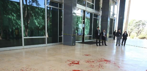 Cerca de 20 manifestantes favoráveis ao ex-presidente Luiz Inácio Lula da Silva (PT) protestaram nesta terça-feira, 24, na entrada da sede do Supremo Tribunal Federal (STF),jogando tinta vermelha no chão - Dida Sampaio/Estadão Conteúdo