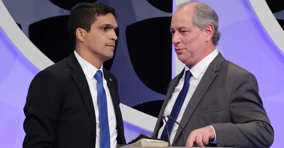 Cabo Daciolo (Patriota) e Ciro Gomes (MDB) conversam durante intervalo do debate presidencial