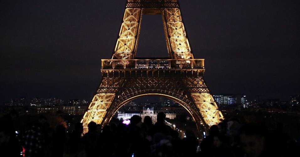 31.dez.2018 - Franceses e turistas chegam à Torre Eiffel, em Paris, para comemorar a virada do ano