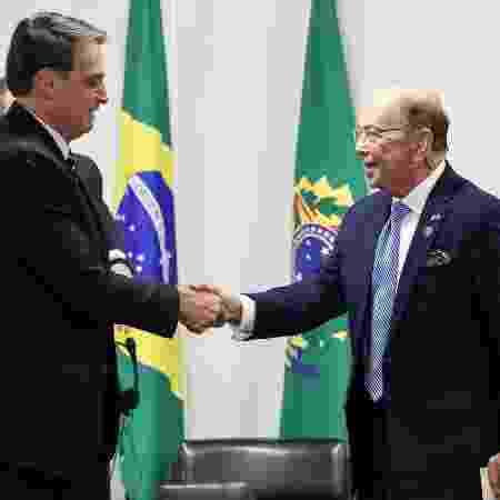 31/.jul.2019 - O presidente Jair Bolsonaro cumprimenta o secretário de comércio dos Estados Unidos, Wilbur Ross (à dir.), no Palácio do Planalto - Marcos Corrêa/Presidência da República/AFP