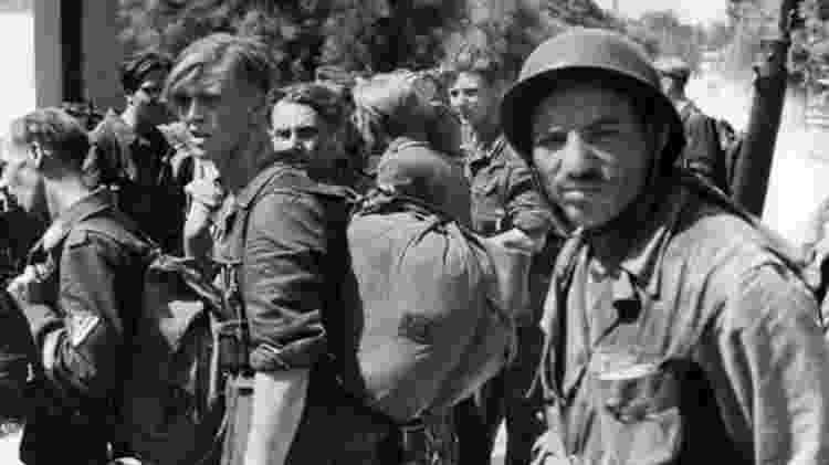 Prisioneiros alemães sendo vigiados por um dos muitos soldados argelinos que lutaram no sul da França - Getty Images
