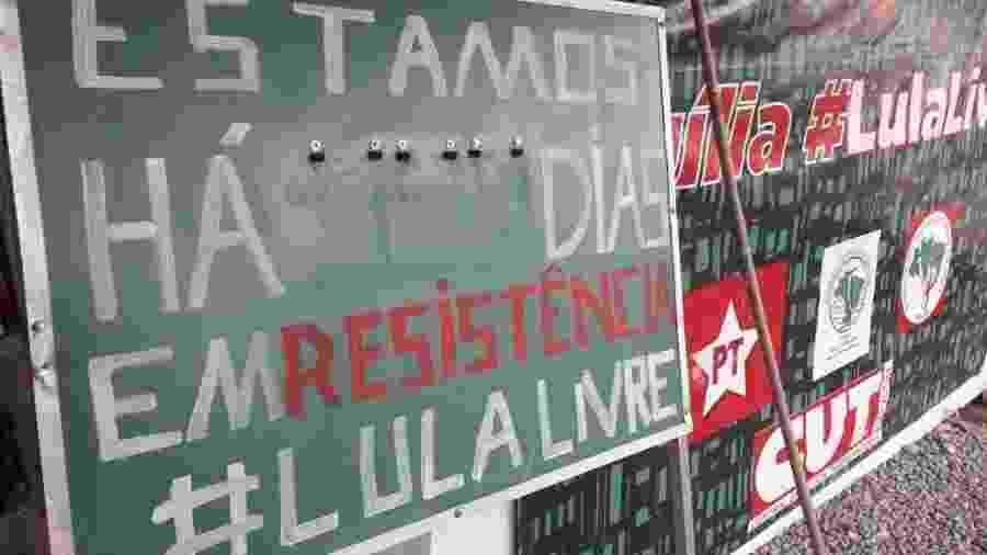 Desmonte da área ocupada pela Vigília Lula Livre, em Curitiba (PR) - Vinícius Konchinski/UOL