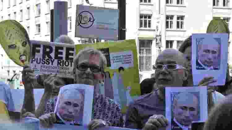 17.ago.12 - Ativistas belgas protestam pela libertação das integrantes do Pussy Riot e contra Vladmir Putin em frente a Embaixada da Rússia em Bruxelas  - GEORGES GOBET/AFP