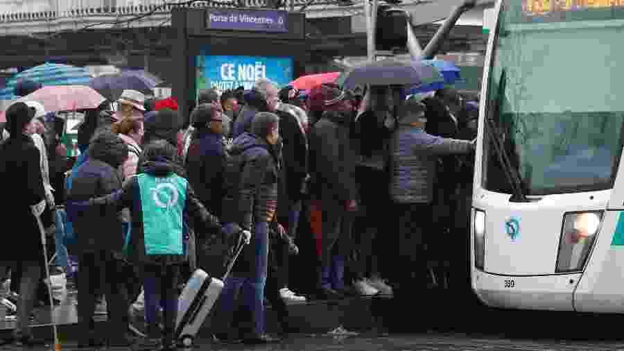 Passageiros esperam em filas por bondes em Paris. A greve é realizada por todos os sindicatos do sistema de transporte da cidade (RATP) e trabalhadores da SNFC  - Charles Platiau/Reuters