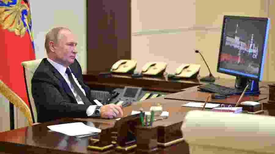 O presidente da Rússia, Vladimir Putin, com seu PC com Windows XP - Divulgação/Kremlin