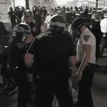 Policias começaram a repreender manifestantes em NY após início do toque de recolher - Reprodução/GloboNews