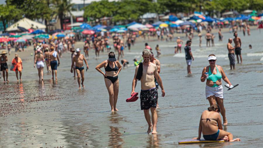 29.11.2020 -- Pessoas lotam praias de Balneário Camboriú, sem máscara, durante a pandemia do novo coronavírus - Lucio Rila/Estadão Conteúdo