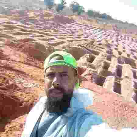 Wadah al-Keesh ao lado de algumas das covas que ajudou a escavar - BBC - BBC