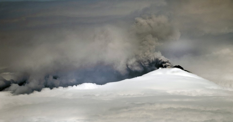 2.set.2015 - Vulcão Cotopaxi expele cinzas, no Equador. Cerca de 325 mil pessoas podem ser afetadas por uma erupção do Cotopaxi