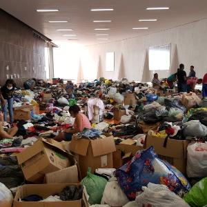 Além do dinheiro, pessoas de várias partes do Brasil doaram roupas e mantimentos para ajudar as vítimas do rompimento da barragem