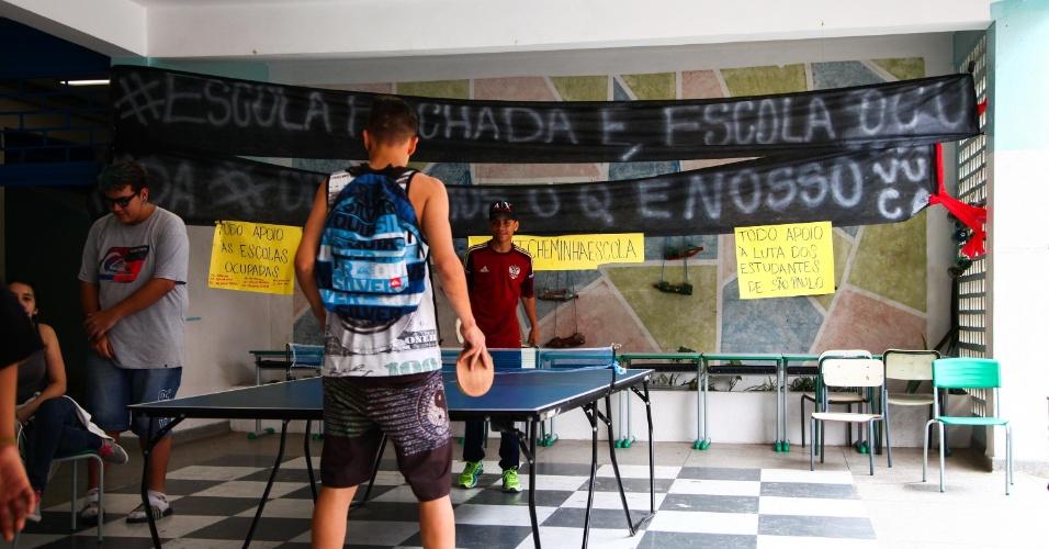 17.nov.2015 - Alunos ocupam a Escola Estadual Professor Sílvio Xavier Antunes, no Piqueri, zona norte de São Paulo (SP), na manhã desta segunda-feira. Os estudantes protestam contra a reorganização da rede