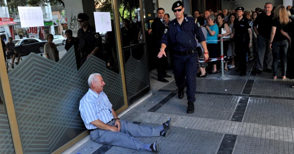 3.jul.2015 - Idoso Giorgos Chatzifotiadis, chora fora de uma filial bancária nacional em Salónica, após a determinação do limite de até 120 euros para pensionistas retirarem suas pensões, na Grécia