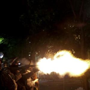 Policial dispara contra manifestantes durante protesto em São Paulo