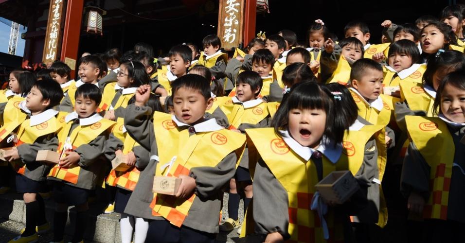3.fev.2016 - Crianças japonesas jogam feijões ao chão durante festival de inverno em templo de Tóquio. Segundo a tradição do país, o ritual afasta maus espíritos e traz boa sorte durante o ano para as crianças