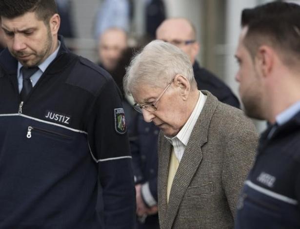Reinhold Hanning, 94, chega ao tribunal para seu julgamento, em Detmold, Alemanha